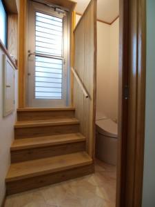階段横にはトイレを設置