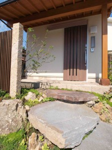 玄関と石の階段